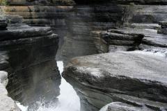 wild water tussen de rotsen